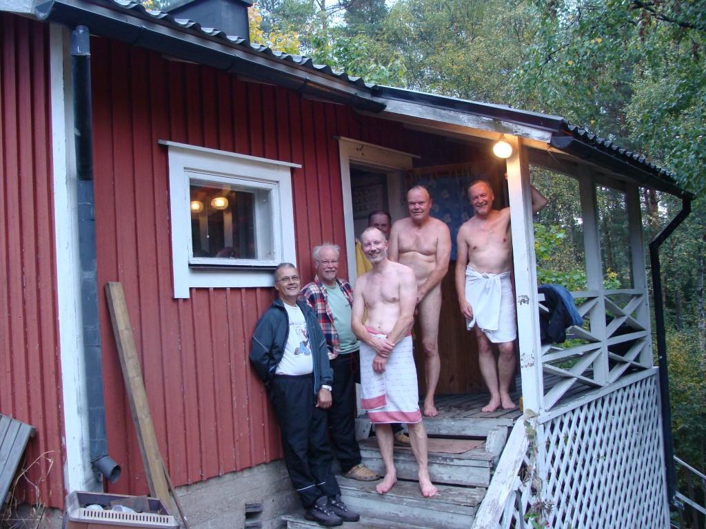 Rami, Hati, Aki, Asko, Jokke ja Pekka saunan rappusilla