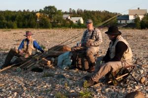 Jussi, Hati ja Markku Torvikoskella nestetasapainon ylläpitopuuhissa